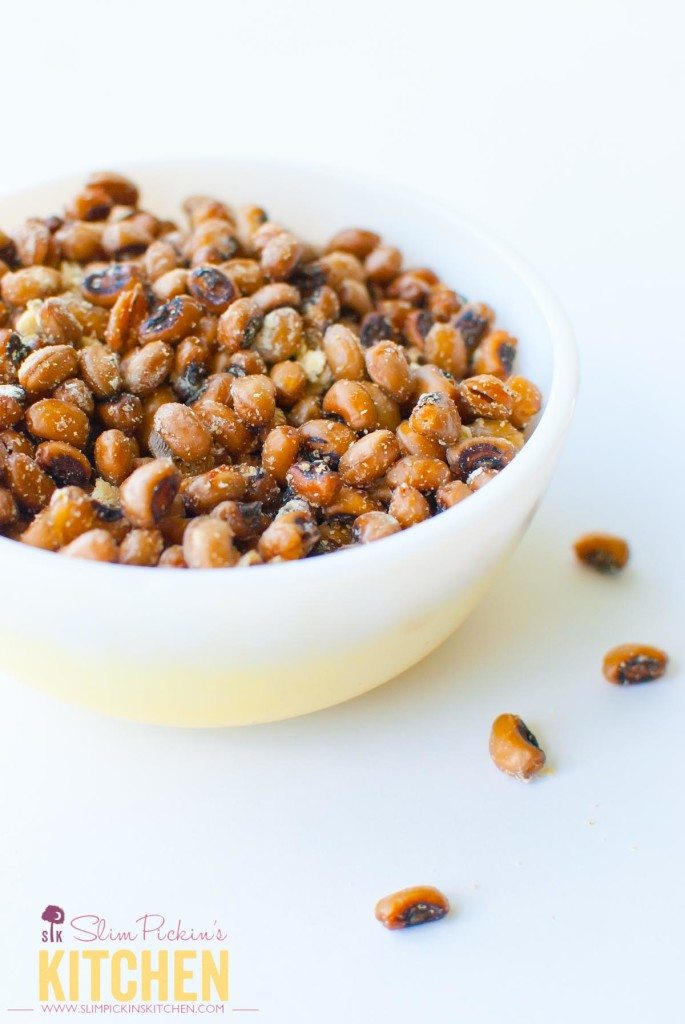 Crispy Roasted Sour Cream and Onion Black Eyed Peas * Slim Pickin's Kitchen: An easy and satisfying healthy, spring snack that your whole family will love! www.slimpickinskitchen.com